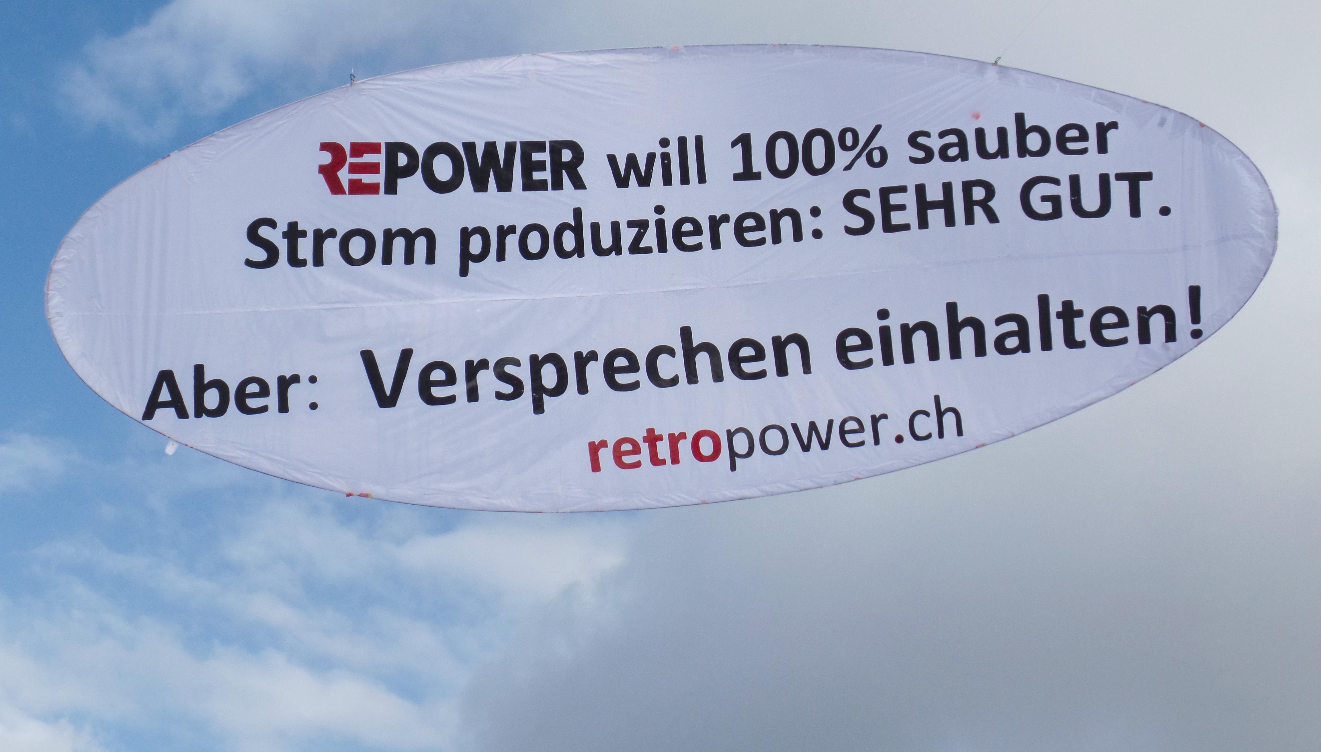 """""""Versprechen einhalten!"""" Gleichzeitig mit der Publikation dieses Artikels fand hoch über Chur wegen des Wortbruchs der Repower eine Informationsaktion statt."""