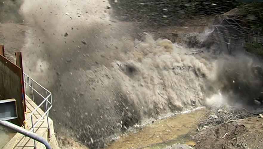 Foto einer Dammsprengung aus dem Trailer des Films DamNation.