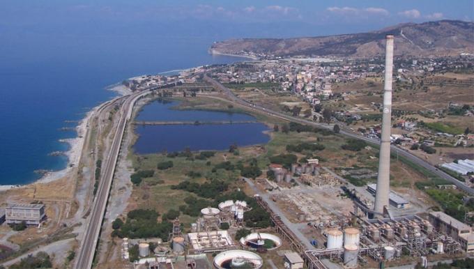 Bild des Geländes der Ex-Liquichimica, der Standort für das Kohlekraftwerk Saline Joniche der Repower, aus der Vogelperspektive.