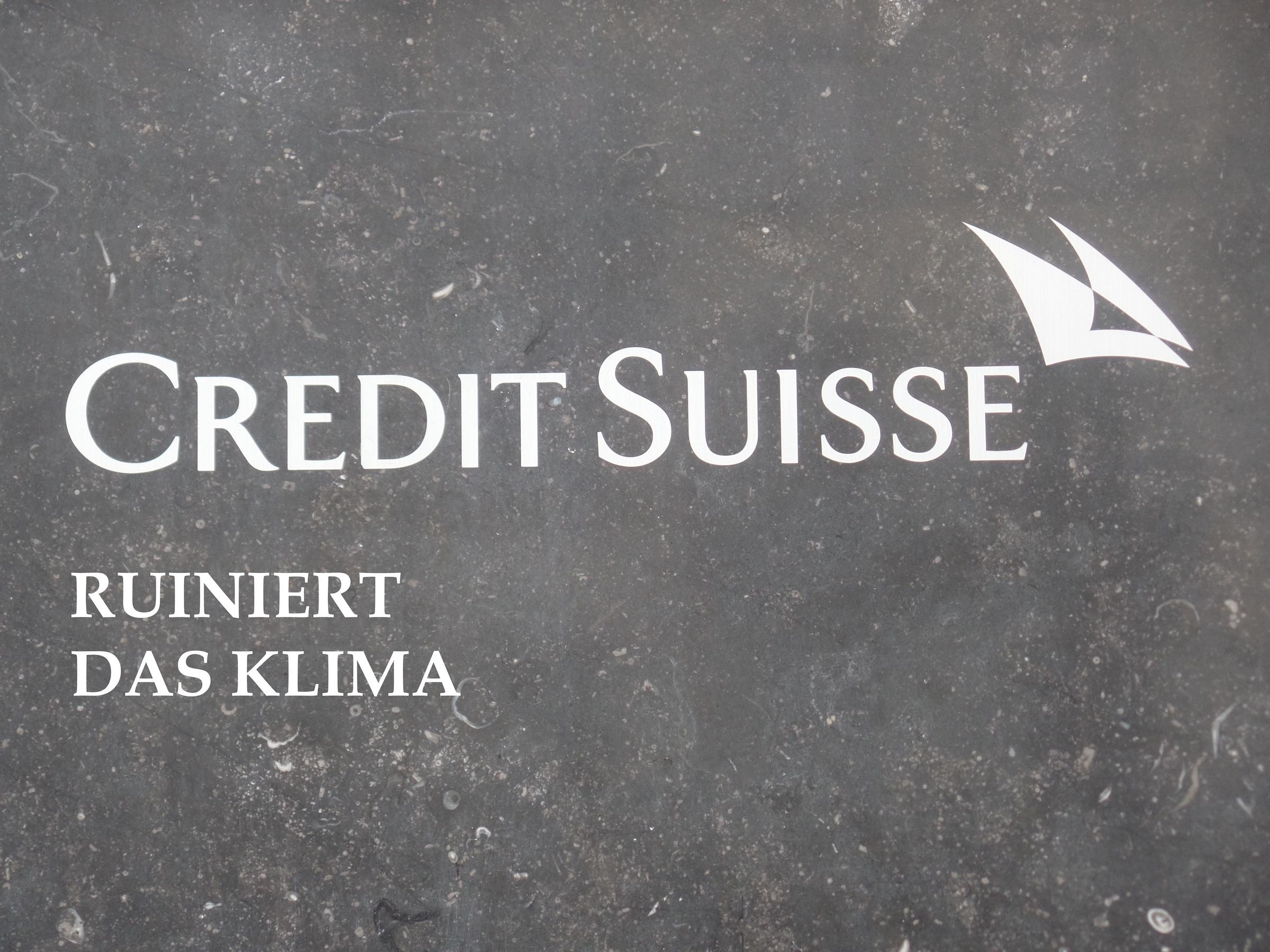 Credit Suisse ruiniert das Klima. Schriftzug. Fotomontage.