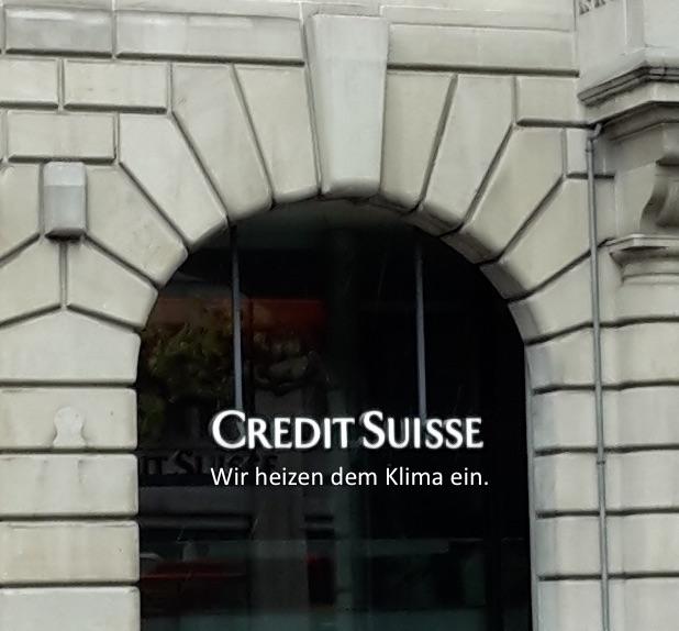 Bild einer Filiale der Credit Suisse mit Schriftzug «Credit Suisse», ergänzt um: «Wir heizen dem Klima ein.»