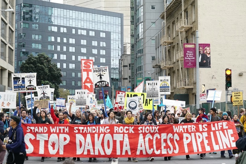Strassenprotest mit Frontbanner: Stop Dakota Access Pipeline