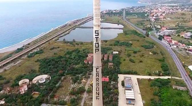 Luftaufnahme des Kamins in Saline Joniche mit STOP CARBONE Schrift.
